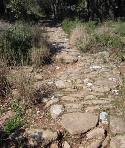 Le chemin de croix est dallé en calades ce qui est assez pénible en marchant.