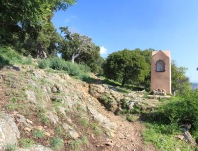 Cet oratoire marque l'accès au chemin de croix en venant du village de Bormes et du château.